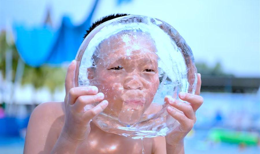 Niño refrescándose para bajar la sensación térmica